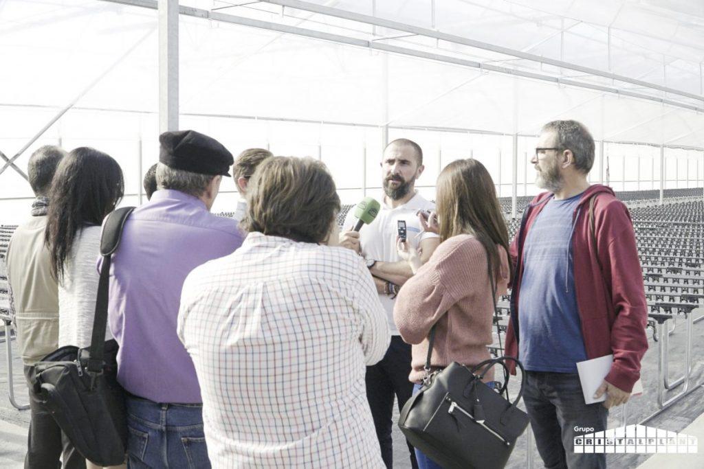prensa y medio en inauguracion ecologico semillero cristalplant